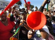 <p>Trocedores da Cidade do Cabo tocam as vuvuzela em apoio à seleção sul-africana. REUTERS/Yves Herman</p>