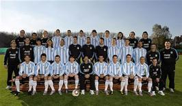<p>Игроки и тренеры сборной Аргентины позируют для официального фото команды в Буэнос-Айресе 26 мая 2010 года. Сборные команды Аргентины и Нигерии сыграют в первом матче группы B чемпионата мира по футболу в ЮАР в эту субботу. REUTERS/Departamento de Medios y comunicacion-AFA/Handout</p>
