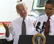 <p>O presidente dos EUA, Barack Obama, ao lado do vice-presidente Joseph Biden depois de negociação com da empresa K. Neal International em Maryland. Desinibido, Joe Biden pediu desculpas na sexta-feira ao presidente Obama por ir à Copa do Mundo e deixá-lo sozinho com o problema do vazamento de petróleo no golfo do México. 04/06/2010 REUTERS/Larry Downing</p>