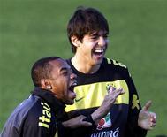 <p>Kaká (dir) e Robinho brincam durante sessão de treino em Johanesburgo. Torcedores de 23 países apostam que o Brasil será hexacampeão na África, segundo uma pesquisa Reuters/Ipsos divulgada na sexta-feira. 10/06/2010 ne 10, 2010. REUTERS/Paulo Whitaker</p>