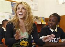 <p>Imagen de archivo de la cantante Shakira, en un colegio en Soweto, Sudáfrica. Jun 9 2010. La cantante colombiana Shakira dijo el viernes que los equipos latinoamericanos que disputan el Mundial de fútbol tienen buenas posibilidades de avanzar en la primera Copa que se juega en territorio africano. REUTERS/Howard Burditt/ARCHIVO</p>