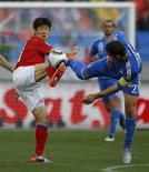 <p>Coreano Park Ji-sung disputa bola com o grego Kostas Katsouranis, neste sábado. A Coreia do Sul fez uma estreia explosiva na Copa do Mundo com um 2 x 0 sobre a Grécia na abertura do Grupo B, neste sábado.</p>