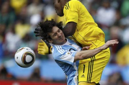 Argentina's Lionel Messi (L) collides with Nigeria's goalkeeper Vincent Enyeama  during a 2010 World Cup Group B soccer match at Ellis Park stadium in Johannesburg June 12, 2010.  REUTERS/Jerry Lampen
