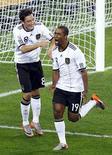 <p>Cacau (direita) comemora após marcar o quarto gol da Alemanha na vitória por 4 x 0 sobre a Austrália. REUTERS/Kai Pfaffenbach</p>