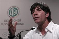 <p>Técnico da seleção alemã, Joachim Loew, durante coletiva de imprensa no hotel Velmore em Pretória. Loew disse que a Alemanha vai enfrentar adversários mais difíceis na Copa do que a Austrália e precisa manter os pés no chão. 14/06/2010 REUTERS/Ina Fassbender</p>
