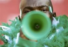 <p>Torcedor brinca com sua vuvuzela durante jogo entre Argentina e Nigéria, em Johanesburgo. Jogadores dinamarqueses usarão linguagem de sinais para driblar o barulho das cornetas em campo. REUTERS/Enrique Marcarian</p>
