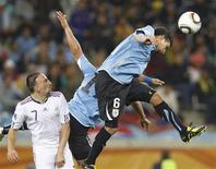 <p>Mauricio Victorino, do Uruguai, cabeceia bola em jogo contra a França, em jogo sem gols na sexta-feira. Time mudará a defesa e o ataque para enfrentar a África do Sul. REUTERS/Mike Hutchings</p>