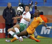 <p>Cristiano Ronaldo de Portugal disputa jogada com Didier Zokora (dir) da Costa do Marfim, durante jogo do Grupo G da Copa do Mundo. O terminou em 0 x 0 nesta terça-feira. 15/06/2010 REUTERS/Paul Hanna</p>