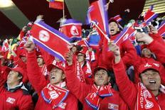 <p>Torcida norte-coreana em Johanesburgo chamou atenção em jogo contra o Brasil pela Copa. REUTERS/Kim Kyung-Hoon</p>
