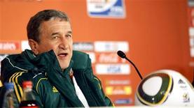 <p>Técnico da África do Sul, Carlos Alberto Parreira, disse que seu time vai arriscar tudo por vitória contra o Uruguai. REUTERS/Thomas Mukoya</p>