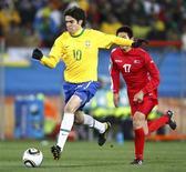 <p>Meia Kaká durante partida contra a Coreia do Norte: jogador teve atuação discreta, mas se disse satisfeito com desempenho. REUTERS/Kai Pfaffenbach</p>