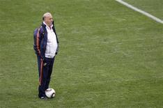 <p>Técnico da Espanha Vicente Del Bosque observa jogadores durante treino em Durban, na África do Sul: segundo ele, Torres e Iniesta estão recuperados. REUTERS/Rogan Ward</p>