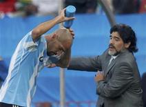 <p>Juan Sebastián Verón (esq) da seleção argentina ao lado do técnico Diego Maradona durante jogo do Grupo B em Johanesburgo. O meio-campista ficará de fora da segunda partida da Argentina na quinta-feira devido a uma pequena lesão na panturrilha. 12/06/2010 REUTERS/Enrique Marcarian</p>