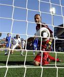 <p>O jogador da Nova Zelândia Winston Reid (de branco) e o goleiro da Eslováquia, Jan Mucha, olham a bola entrar no gol durante partida pela Copa do Mundo de 2010 no estádio Royal Bafokeng em Rustemburgo, 15 de junho de 2010. REUTERS/Dylan Martinez</p>