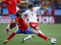 <p>O jogador espanhol Carles Puyol luta pela bola com o suíço Tranquillo Barnetta (à direita) em partida da Copa do Mundo de 2010 no estádio Moses Mabhida em Durban, 16 de junho de 2010. REUTERS/Carlos Barria</p>
