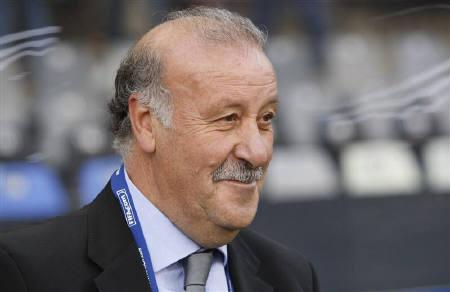 Spain's soccer coach Vincente Del Bosque smiles at the start of their Confederations Cup soccer match against Iraq at the Free State stadium in Bloemfontein, June 17, 2009. REUTERS/Mike Hutchings