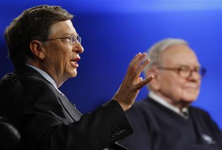Billionaire investor Warren Buffett (R) and Microsoft Corporation founder Bill Gates (L) appear together for a town hall style meeting with business students broadcast by financial television network CNBC at Columbia University in New York, November 12, 2009. REUTERS/Mike Segar