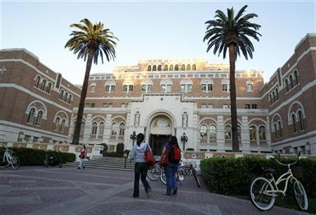 Students walk by Doheny Memorial Library at the University of Southern California (USC) in Los Angeles April 7, 2010. REUTERS/Mario Anzuoni