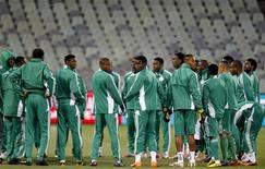 <p>Футболисты сборной Нигерии во время тренировки на стадионе в Блумфонтейне, 16 июня 2010 года. Сборная Греции сыграет с командой Нигерии во втором матче группы B на чемпионате мира по футболу в ЮАР в четверг. REUTERS/Jorge Silva</p>