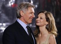 """<p>Harrison Ford (esq) e Calista Flockhart no lançamento do filme """"Medidas Extraordinárias"""" em Hollywood. Os atores se casaram finalmente em Novo México, segundo a imprensa na quarta-feira. 19/01/2010 REUTERS/Danny Moloshok</p>"""