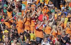 <p>Fãs holandeses comemoram após vitória contra a Dinamarca no estádio Soccer City. Uma cervejaria holandesa está dando suporte legal e assistência para duas holandesas que foram acusadas de promover um golpe publicitário ilegal durante a Copa do Mundo em Johanesburgo. REUTERS/Michael Kooren</p>
