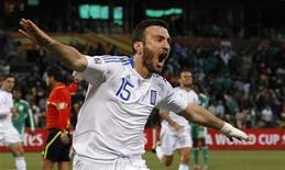 <p>Vassilis Torosidis da Grécia comemora gol durante jogo contra a Nigéria. A Grécia venceu por 2 x 1, de virada, depois que o time africano teve um jogador expulso na partida desta quinta-feira pelo Grupo B da Copa do Mundo. 17/06/2010 REUTERS/Christian Charisius</p>