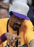 <p>Snoop Dogg urante jogo de basquete da NBA entre os Los Angeles Lakers e os Boston Celtics, em Los Angeles. O rapper norte-americano, que visita frequentemente a Holanda e é apreciador do fácil acesso à maconha de lá, não foi autorizado a se apresentar em um show gratuito em Haia, disseram as autoridades holandesas nessa quinta-feira. 15/06/2010 REUTERS/Mike Blake</p>