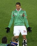 <p>Javier Hernández comemora primeiro gol mexicano na vitória por 2 x 0 sobre a França pelo Grupo A da Copa do Mundo. REUTERS/Radu Sigheti</p>