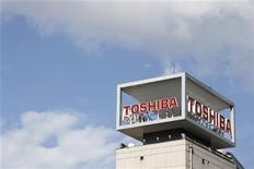 <p>Foto de archivo del logo de la compañía Toshiba en su sede central de Tokio, ene 10 2009. Las japonesas Fujitsu y Toshiba presentaron el jueves sus planes para fusionar sus negocios de teléfonos móviles en octubre, con el objetivo de crear el segundo mayor fabricante de este sector en Japón, una decisión que consolida dramáticamente al mercado. REUTERS/Stringer</p>