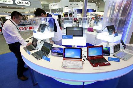 Laptops and tablets are displayed during the Computex 2010 computer fair at the TWTC Nangang exhibition hall in Taipei June 1, 2010. REUTERS/Nicky Loh/Files