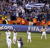<p>Игроки и болельщики сборной Греции радуются победе над командой Нигерии, Блумфонтейн 17 июня 2010 года. Сборная Греции одержала волевую победу со счетом 2-1 над командой Нигерии, вдесятером заканчивавшей матч группы B на чемпионате мира в ЮАР в четверг. REUTERS/Kim Kyung-Hoon</p>