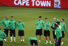 <p>Футболисты сборной Алжира слушают тренера во время тренировки на стадионе в Кейптауне, 17 июня 2010 года. Англия сыграет с Алжиром во втором матче группы С на чемпионате мира по футболу в ЮАР в пятницу. REUTERS/Carlos Barria</p>