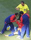 <p>Jorge Valdívia (centro) recebe assistência durante jogo contra Honduras. O meia-armador da seleção chilena desfalcará a equipe no jogo contra a Suíça, por conta de uma lesão na coxa, disse a mulher do jogador. 16/06/2010 REUTERS/Radu Sigheti</p>