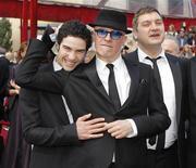 """<p>Jacques Audiard, (centro) diretor do filme """"O Profeta"""" ao lado do ator Tahar Rahim (esq) e co-roteirista Thomas Bidgeain nos Oscars em março. O filme estreia neste final de semana em circuito nacional. 07/06/2010 REUTERS/Brian Snyder</p>"""