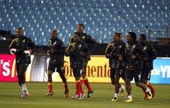 <p>Игроки сборной Ганы на тренировке в Претории 12 июня 2010 года. Сборная Ганы встретится со сборной Австралии во втором матче группы D чемпионата мира по футболу в субботу. REUTERS/Thomas Mukoya</p>