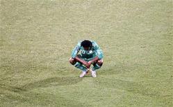 <p>O nigeriano Nigeria reage à derrota. Sem um ponto sequer após dois jogos, a Nigéria agora precisa se voltar a um aliado improvável para melhorar suas chances de se classificar no Grupo B, a Argentina.17/06/2010.REUTERS/Kim Kyung-Hoon</p>