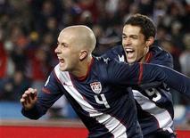 <p>Michael Bradley dos Estados Unidos (esq) comemora gol contra a Eslovênia pelo Grupo C. Os Estados Unidos conseguiram um dramático empate após estar em desvantagem por dois gols ao final do primeiro tempo. 18/06/2010 REUTERS/Jerry Lampen</p>