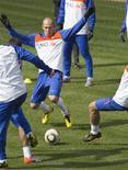 <p>Arjen Robben da seleção holandesa (centro) participa de sessão de treino em Johanesburgo. O meia-atacante participou do treino da seleção pela primeira vez desde que sofreu uma lesão no tendão em 5 de junho, mas é improvável que atue na partida de sábado contra o Japão. 15/06/2010 REUTERS/Michael Kooren</p>