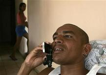 <p>Foto de archivo de un hombre charlando por teléfono móvil en su casa de La Habana, mayo 21 2008. La capacidad de los cubanos de comunicarse unos con otros y el mundo se mantuvo muy por debajo de la norma para la región del Caribe y América Latina en el 2009, de acuerdo con un informe del Gobierno difundido esta semana. REUTERS/Enrique De La Osa (CUBA)</p>