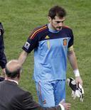 <p>Goleiro da seleção espanhola Iker Casillas deixa o gramado após derrota da Espanha por 1 x 0 para a Suíça pelo Grupo H da Copa do Muindo na quarta-feira, 16 de junho de 2010. REUTERS/Rogan Ward</p>