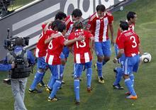 <p>Jogadores do Paraguai comemoram gol contra a Eslováquia neste domingo. REUTERS/Siphiwe Sibeko</p>
