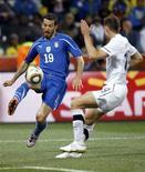 <p>O jogador italiano Gianluca Zambrotta luta pela bola com o neozelandês Tommy Smith em partida pelo Grupo F da Copa do Mundo de 2010, no estádio de Mbombela, em Nelspruit, 20 de junho de 2010. REUTERS/Stefano Rellandini</p>