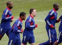 <p>Сборная Франции на тренировке в Книсне 21 июня 2010 года. Франция встретится со сборной ЮАР в заключительном матче группы A на чемпионате мира по футболу во вторник. REUTERS/Toru Hanai</p>