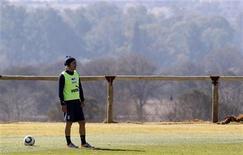 <p>Meio-campista da seleção italiana, Andrea Pirlo, participa de sessão de treino pela primeira vez desde o início da Copa do Mundo. 21/06/2010 REUTERS/Stefano Rellandini</p>