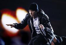 """<p>Imagen de archivo del rapero Eminem, presentándose en la entrega anual de los Premios Grammy, en Los Angeles. Ene 31 2010. """"Recovery"""" (""""Recuperación""""), el nuevo disco del rapero estadounidense Eminem, no podría llevar un nombre más adecuado para la industria de la música, que se enfrenta a unas alarmantes caídas en las ventas en lo que va del año. REUTERS/Mike Blake/ARCHIVO</p>"""