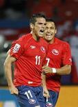 <p>Mark Gonzalez (esq) da seleção chilena comemora gol com seu colega de equipe Alexis Sanchez em jogo contra a Suiça. O Chile venceu por 1 x 0, pondo fim a uma longa invencibilidade da Suiça e conquistou a segunda vitória na Copa do Mundo. 21/06/2010 REUTERS/Yves Herman</p>