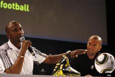 <p>Ex-jogador da seleção sul-africana Lucas Radebe (esq), ao lado do ex-capitão da seleção francesa Zinedine Zidane em coletiva de imprensa em Johanesburgo. Radebe disse que Parreira convocou os jogadores errados e deve ser substituído por um técnico local. REUTERS/Thomas Mukoya</p>