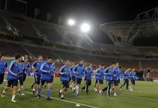 <p>Игроки сборной Греции на тренировке в Полокване, ЮАР 21 июня 2010 года. Греция сыграет против Аргентины в заключительном матче группы B на чемпионате мира по футболу во вторник. REUTERS/Enrique Marcarian</p>