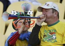 <p>Torcedores assopram suas vuvuzelas antes da partida entre Austrália e Gana pela Copa do Mundo de 2010, no estádio Royal Bafokeng em Rustemburgo, 19 de junho 2010. REUTERS/Christian Charisius</p>
