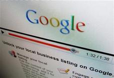 <p>Google envisage de lancer un service en ligne de téléchargement de musique associé à son moteur de recherche, rapporte le Wall Street Journal, qui cite des sources proches des discussions avec les maisons de disques. /Photo prise le 13 avril 2010/REUTERS/Mike Blake</p>